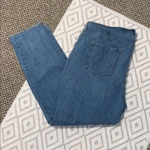 Old Navy Mid- Rise Light Wash Curvy Straight Jean